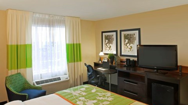 Fairfield Inn/Suites Toronto Mississauga Room