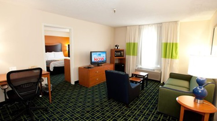 Fairfield Inn & Suites Wichita East Room