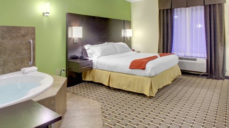 Holiday Inn Express & Sts Cross Lanes Room