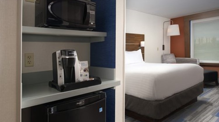 Holiday Inn Express & Suites Altoona Room