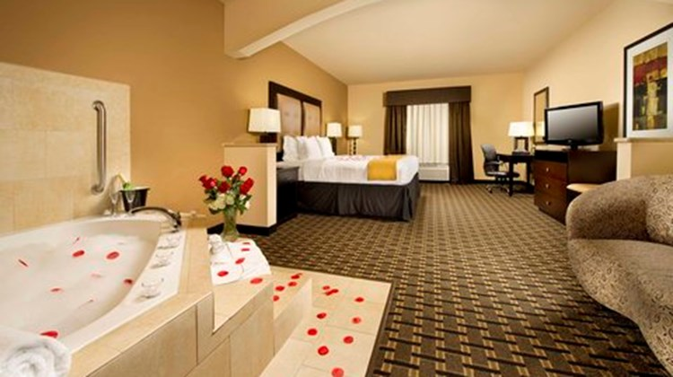 Holiday Inn Express & Suites Denton Suite
