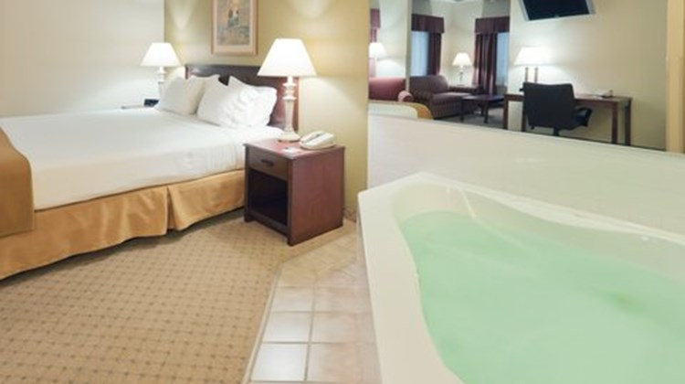 Holiday Inn Express Evansville West Suite