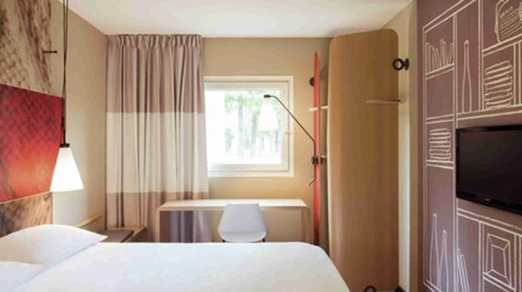 Ibis Paris Velizy Room