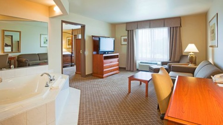Holiday Inn Express & Suites Wausau Suite