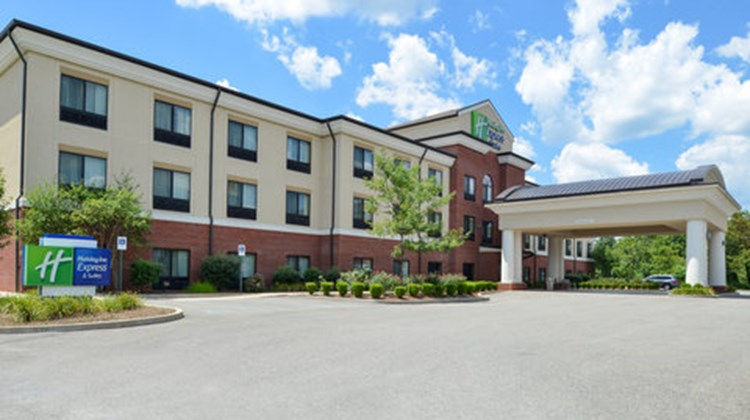 Holiday Inn Express and Suites Fairmont Exterior