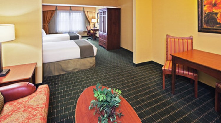 Holiday Inn Express & Suites Springfield Suite