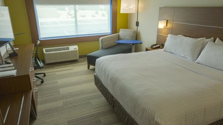 Holiday Inn Express & Suites Airport Room