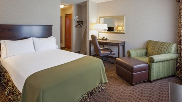 Holiday Inn Express & Suites Downtown Room