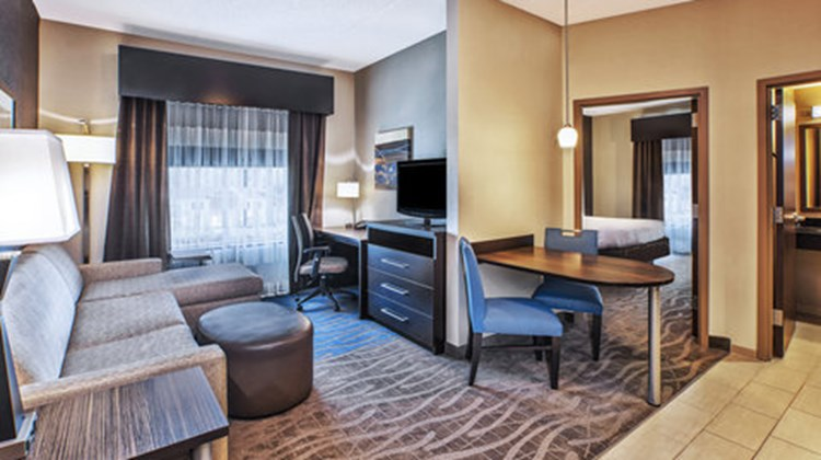 Holiday Inn Express Hotel & Suites Dayto Suite