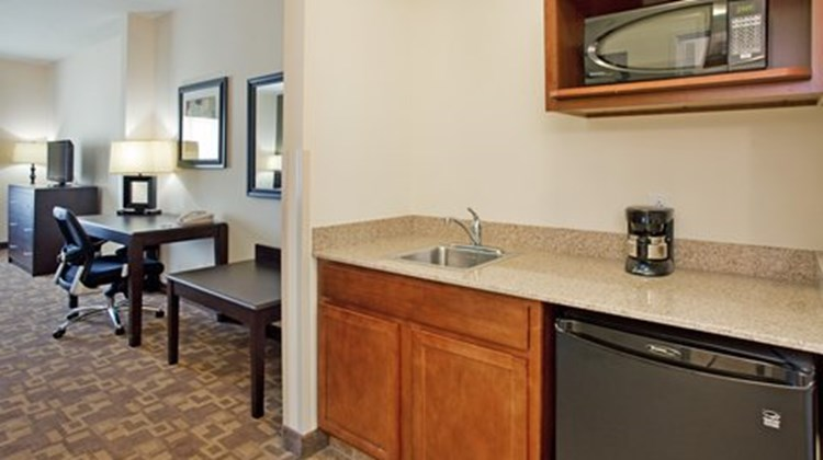Holiday Inn Express & Suites Topeka N Suite