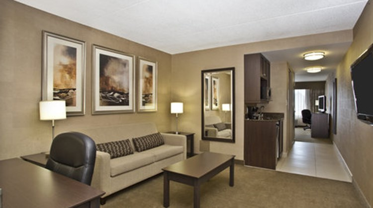 Holiday Inn Express Hotel & Sts Kingston Suite