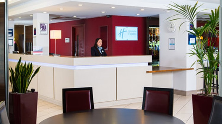 Holiday Inn Express Glasgow Airport Lobby