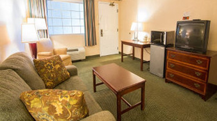 Days Inn & Suites Latham/Albany North Room