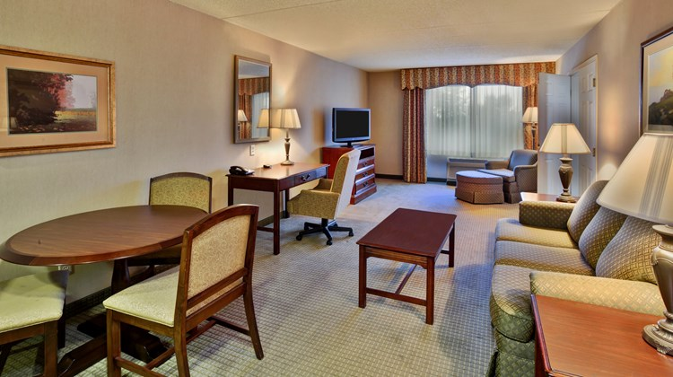 Holiday Inn Hotel & Suites Ann Arbor Suite