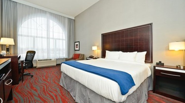 Holiday Inn Express and Suites Utica Suite