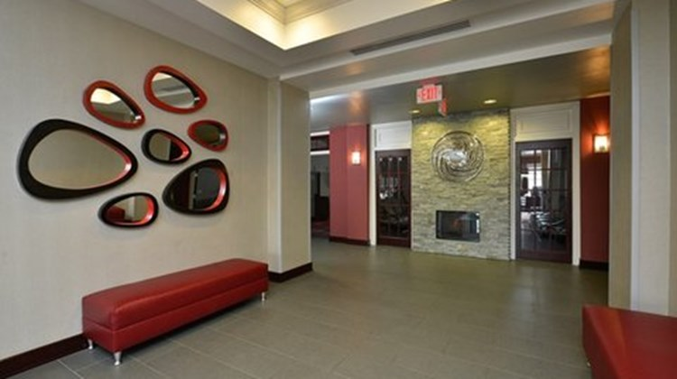 Holiday Inn Express and Suites Utica Lobby