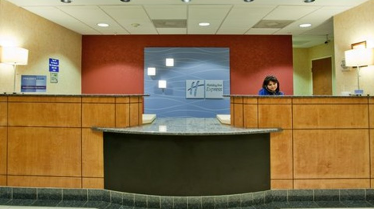 Holiday Inn Express & Suites Richmond N Lobby