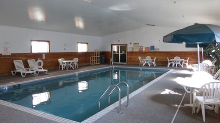 Norwood Inn & Suites Roseville Pool