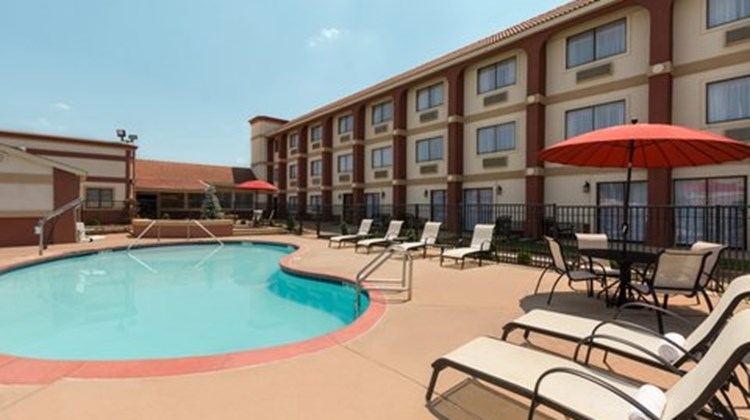 Broadway Inn & Suites Pool