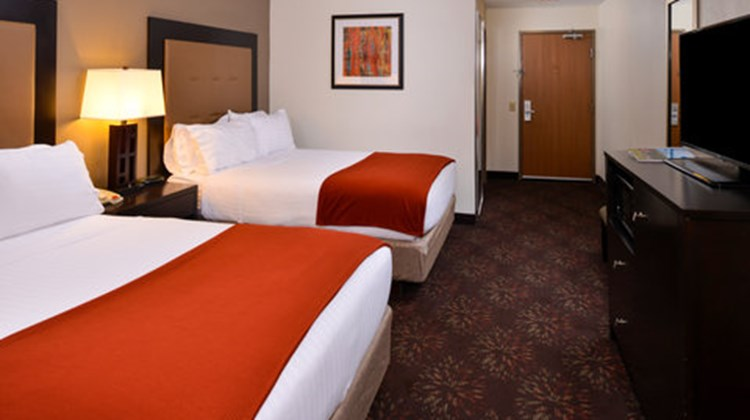 Holiday Inn Express & Suites Lancaster Room