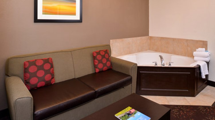 Holiday Inn Express & Suites Lancaster Suite