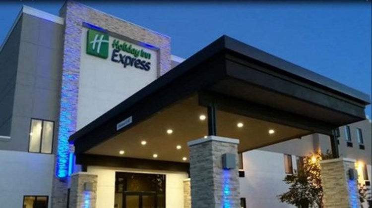 Holiday Inn Express & Suites Salem Exterior