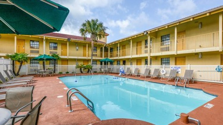 Quality Inn & Suites Charleston North Pool