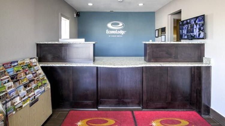 Econo Lodge Airport Lobby