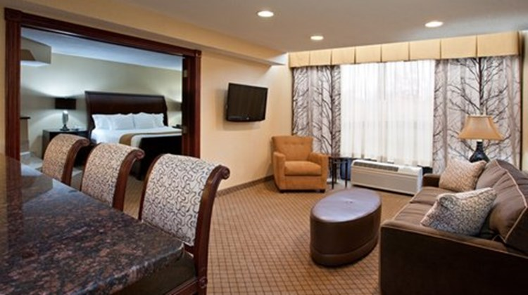 Holiday Inn Express & Suites Suite